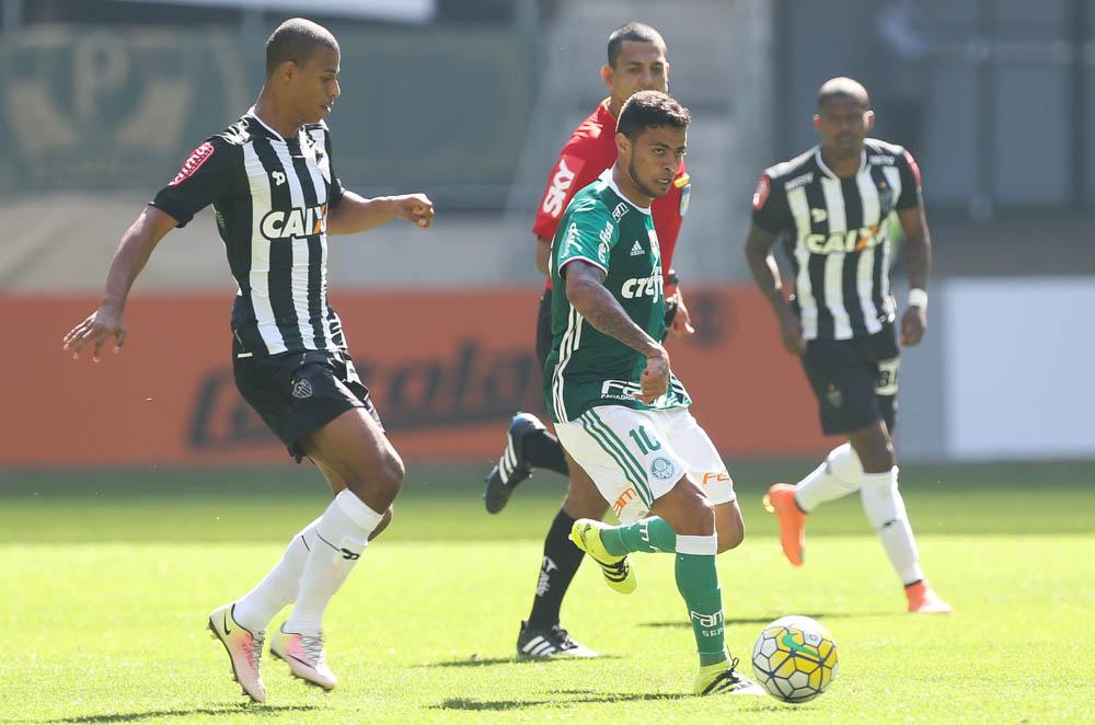 O jogador Cleiton Xavier, da SE Palmeiras, disputa bola com o jogador Lucas Cândido, do C Atlético Mineiro, durante partida válida pela décima sexta rodada, do Campeonato Brasileiro, Série A, na Arena Allianz Parque.
