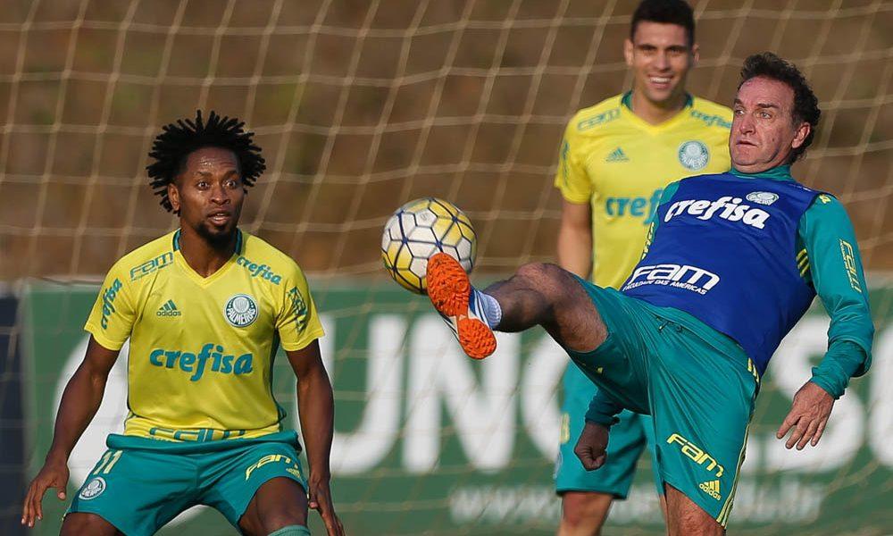 O jogador Zé Roberto e o técnico Cuca (D), da SE Palmeiras, durante treinamento, no CT da Chapecoense.