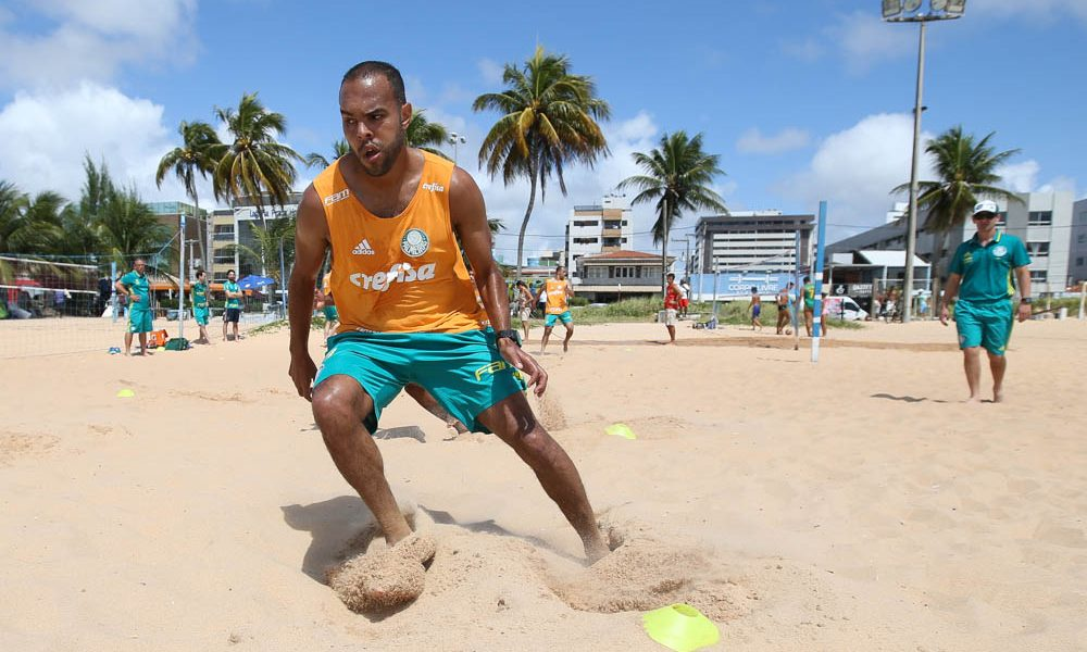 O jogador Alecsandro, da SE Palmeiras, durante treinamento, na praia do Tambaú.