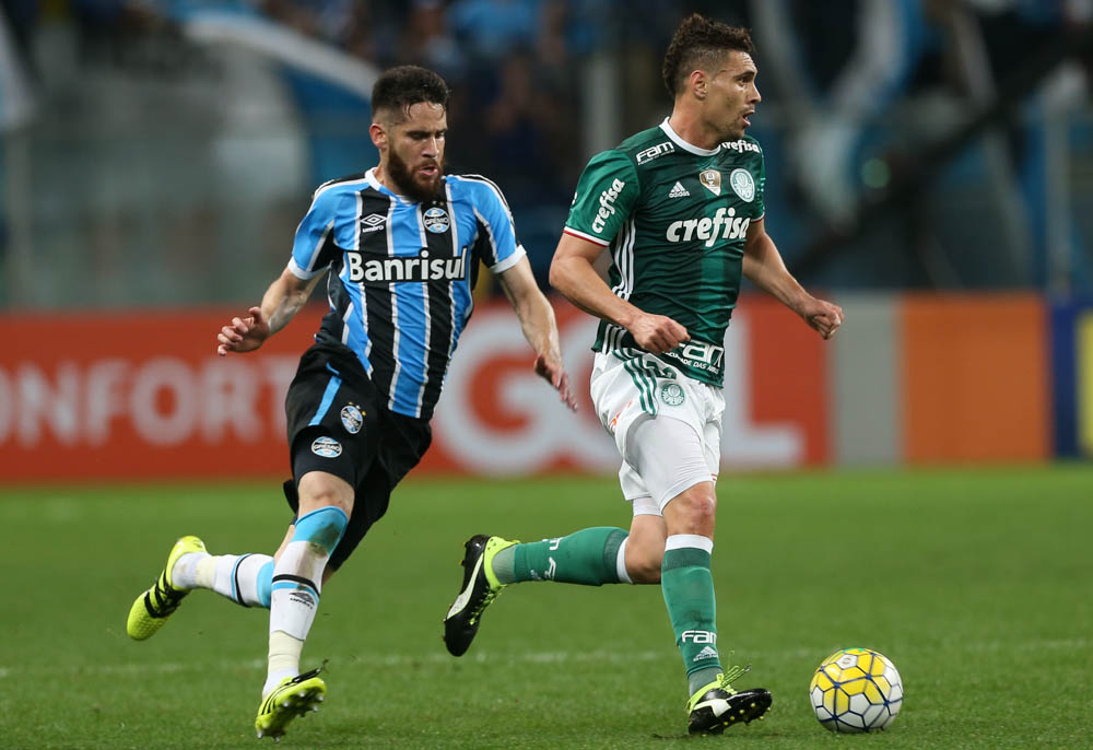 O jogador Moisés, da SE Palmeiras, disputa bola com o jogador Marcelo Oliveira, do Grêmio FPA, durante partida válida pela vigésima quarta rodada, do Campeonato Brasileiro, Série A, na Arena do Grêmio.